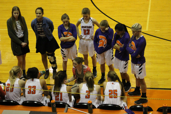 Head coach Holly Gillette speaks with her team during a timeout. (Travis Barton/City Journals)