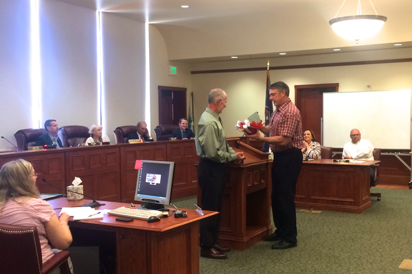 Chief Hutson presents Chief Slack with UPD token of appreciation. (Aspen Perry/City Journals)