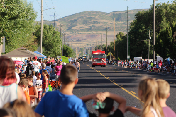 Kids eagerly await the Riverton Town Days Parade coming in the distance along 2700 West. (Travis Barton/City Journals)