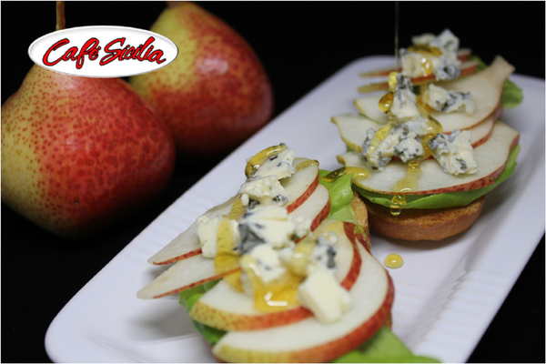 Crostini 20topped 20with 20pears 20and 20gorgonzola 20cheese 201500 20x 201000